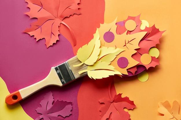 Draufsicht auf flachlage mit pinsel beladen mit farbe aus papier herbstlaub