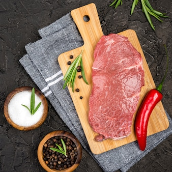 Draufsicht auf fleisch mit chili und gewürzen