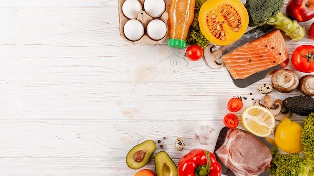 Draufsicht auf fleisch mit gemüse und kopierraum