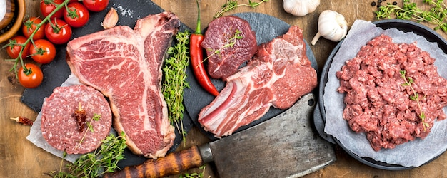 Draufsicht auf fleisch mit hackmesser und kräutern