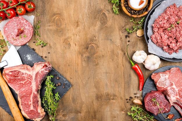 Draufsicht auf fleisch mit knoblauch und chili