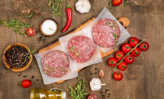 Draufsicht auf fleisch mit kräutern und öl