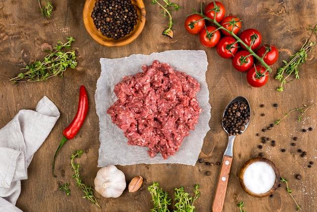 Draufsicht auf fleisch mit tomaten und gewürzen