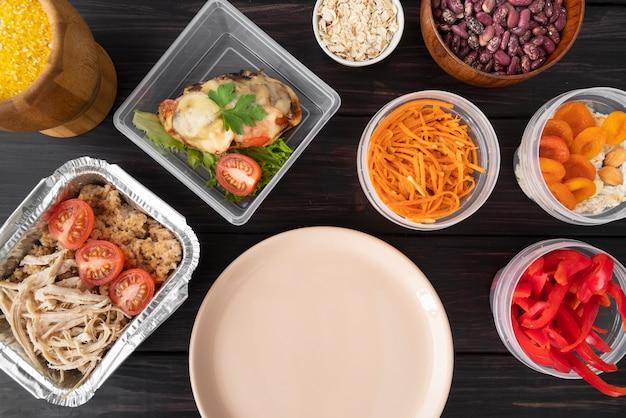 Draufsicht auf fleisch und gemüse