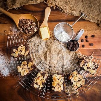 Draufsicht auf frisch gebackene mandel-brownies