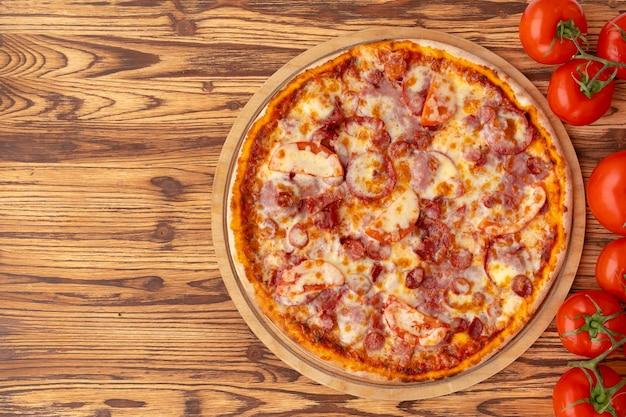Draufsicht auf frisch gebackene pizza auf holzuntergrund