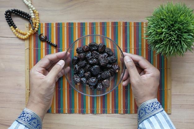 Draufsicht auf frische dattelfrüchte in einer schüssel auf dem tisch