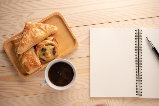 Draufsicht auf frische desserts und kuchen auf holztabletts