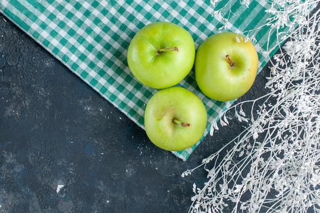 Draufsicht auf frische grüne äpfel, die weich und saftig sauer auf dunkelblauem vitamin-nahrungsmittelsnack der fruchtbeerengesundheit sind