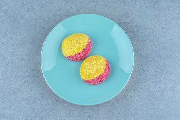 Draufsicht auf frische hausgemachte kekse auf pfirsichform.
