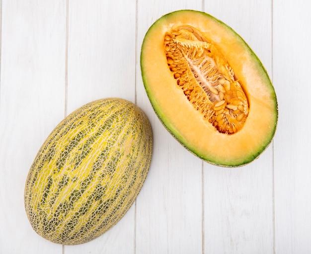 Draufsicht auf frische und köstliche melonenscheiben auf weiß