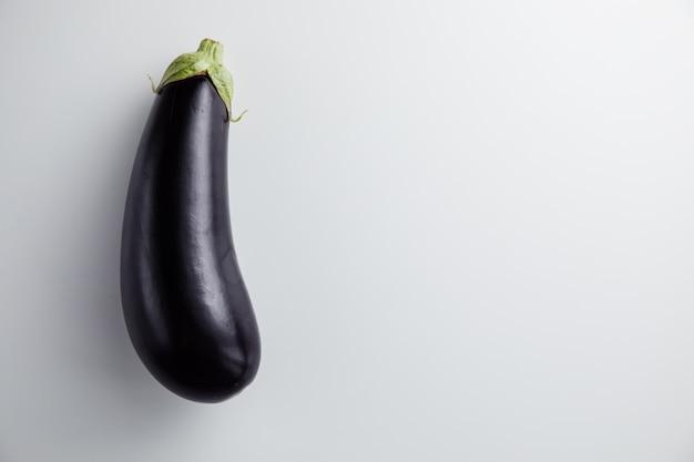 Draufsicht auf frische und reife auberginen isoliert