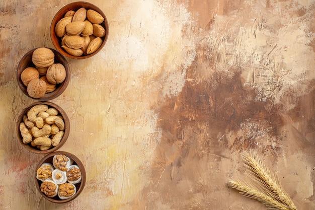 Draufsicht auf frische verschiedene nüsse, die auf einem hölzernen schreibtisch ausgekleidet sind