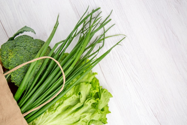 Draufsicht auf frischen brokkoli in einem braunen korb auf weißem tisch