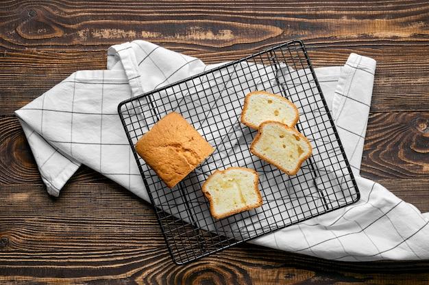 Draufsicht auf frischen kekskuchen mit apfel auf holztisch
