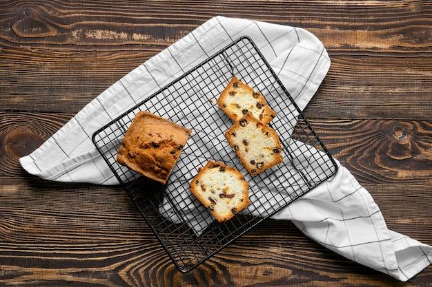Draufsicht auf frischen kekskuchen mit rosinen auf dem tisch