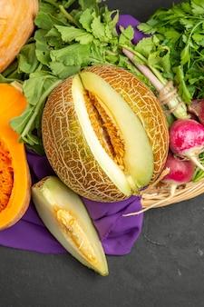 Draufsicht auf frischen rettich mit melone und kürbis
