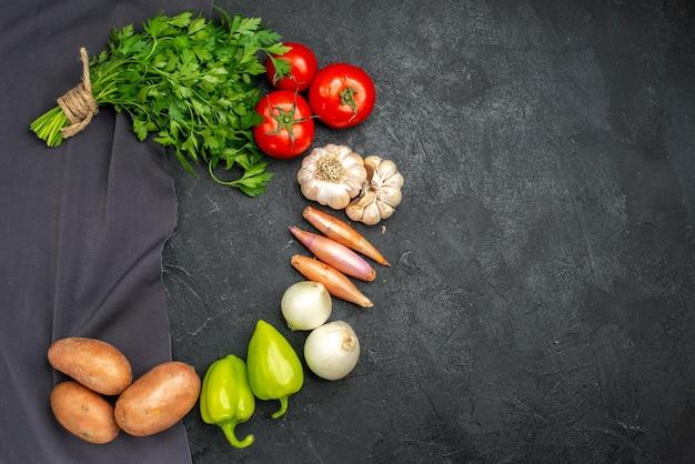 Draufsicht auf frisches gemüse mit grüns auf schwarz