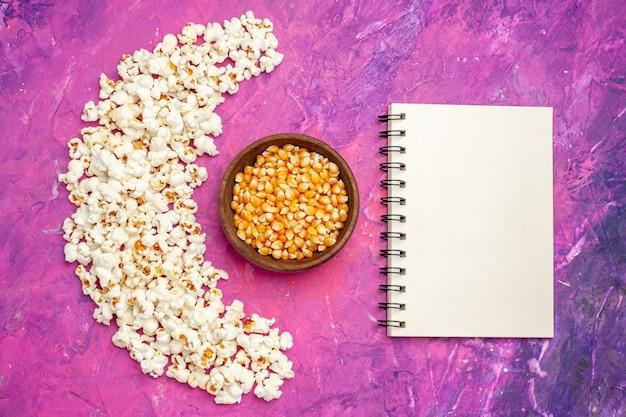 Draufsicht auf frisches popcorn für filmabend