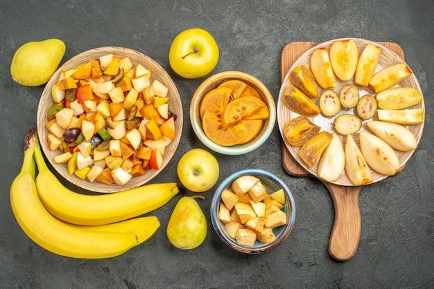 Draufsicht auf fruchtigen salat mit frisch geschnittenen früchten
