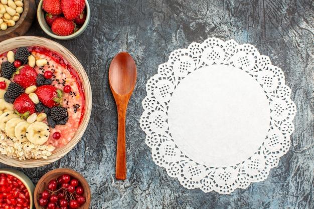 Draufsicht auf fruchtiges müsli mit frisch geschnittenen früchten