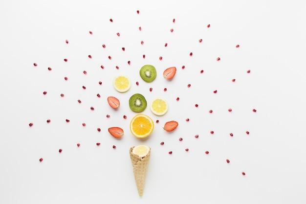 Draufsicht auf früchte und eistüte