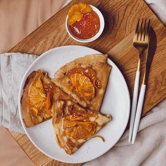 Draufsicht auf frühstücks-crepes mit marmelade