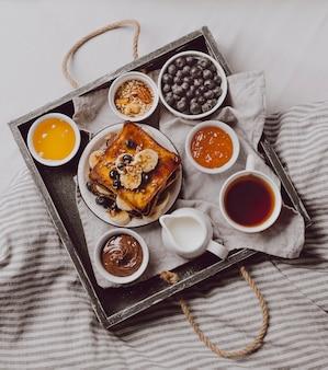 Draufsicht auf frühstückstoast mit banane und blaubeeren