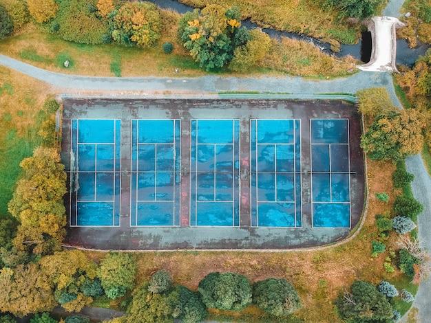 Draufsicht auf fünf tennisplätze