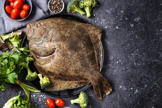Draufsicht auf ganzen rohen heilbuttfisch, der reich an omega-fetten ist