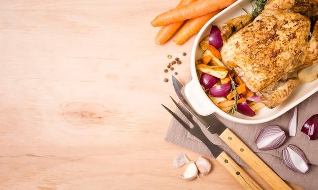 Draufsicht auf gebratenes hühnchengericht zum erntedankfest mit kopienraum