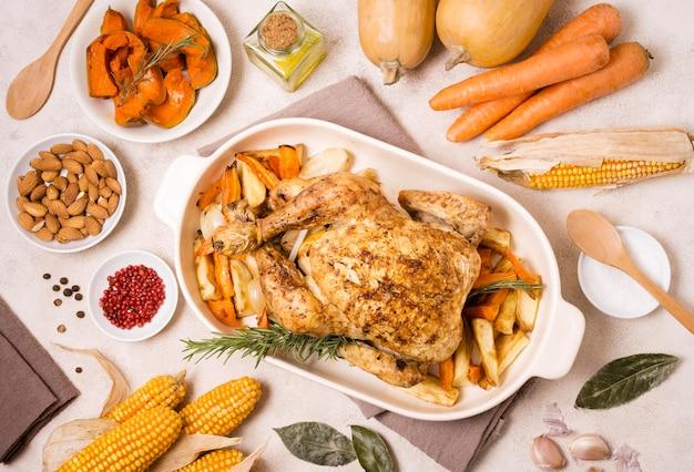 Draufsicht auf gebratenes hühnchengericht zum erntedankfest mit mais