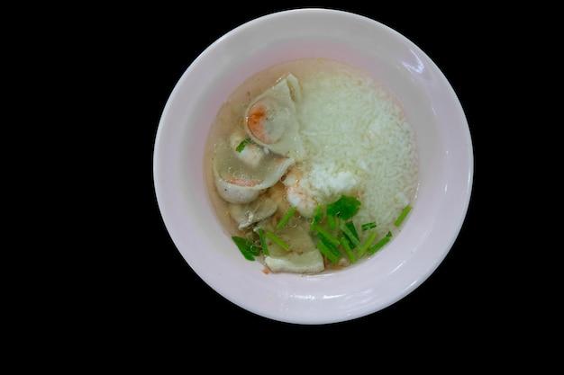 Draufsicht auf gekochte reissuppe mit meeresfrüchten (garnelen, tintenfisch und fisch).