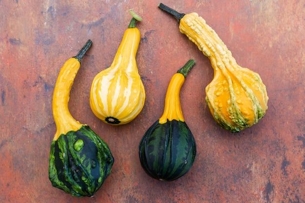 Draufsicht auf gelbe und grüne zucchini auf einem dunkelbraunen tisch