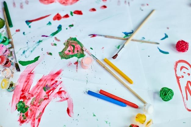 Draufsicht auf gemalte bunte aquarell-accessoires am tisch