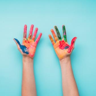 Draufsicht auf gemalte hände auf blauem hintergrund
