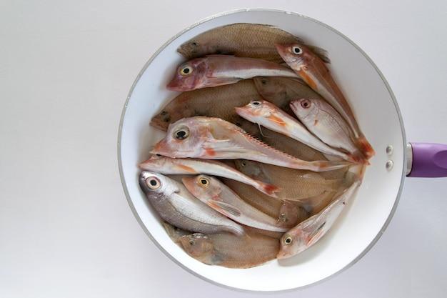 Draufsicht auf gemischte seefische in einer pfanne, die bereit ist, gekocht zu werden