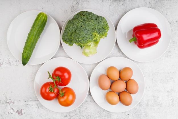 Draufsicht auf gemüse und eier