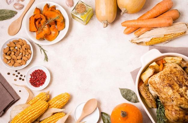 Draufsicht auf gerichte zum erntedankfest mit gebratenem huhn und mais