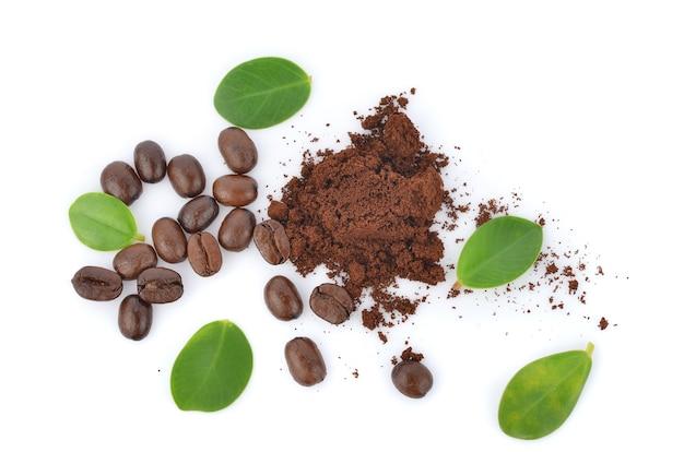 Draufsicht auf geröstete kaffeebohnen in weißem hintergrund.