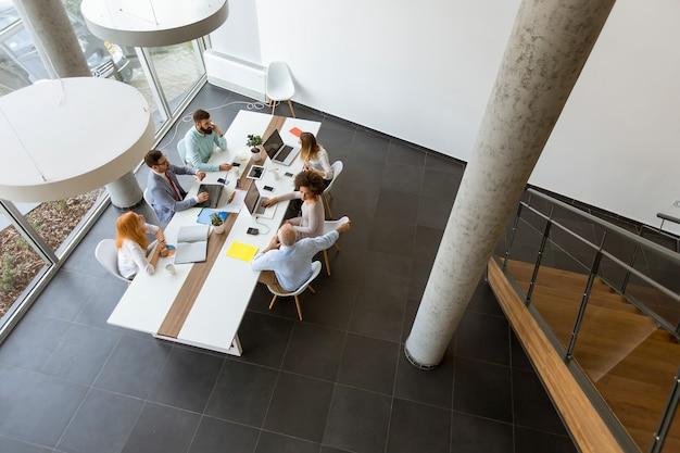 Draufsicht auf geschäftsleute, die im büro arbeiten