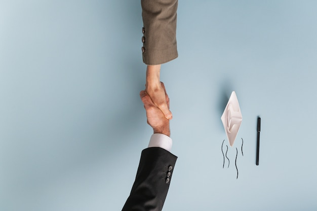 Draufsicht auf geschäftsmann und geschäftsfrau händeschütteln in übereinstimmung und zusammenarbeit