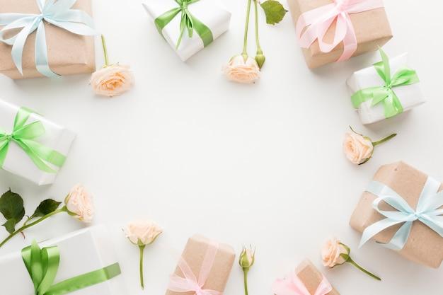 Draufsicht auf geschenke mit bändern