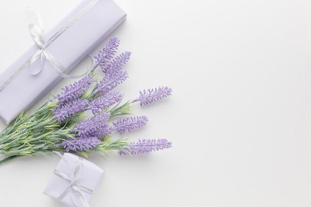 Draufsicht auf geschenke mit lavendel