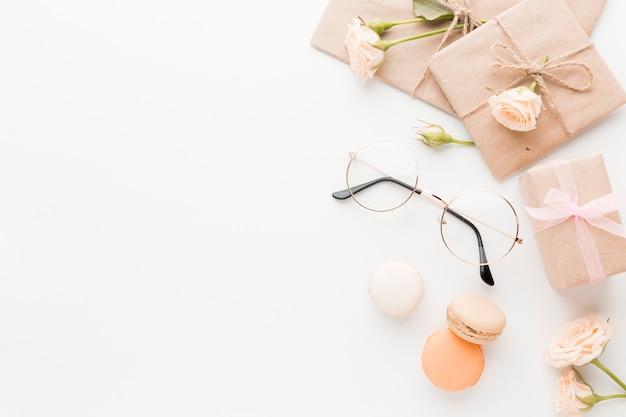 Draufsicht auf geschenke mit rosen und gläsern