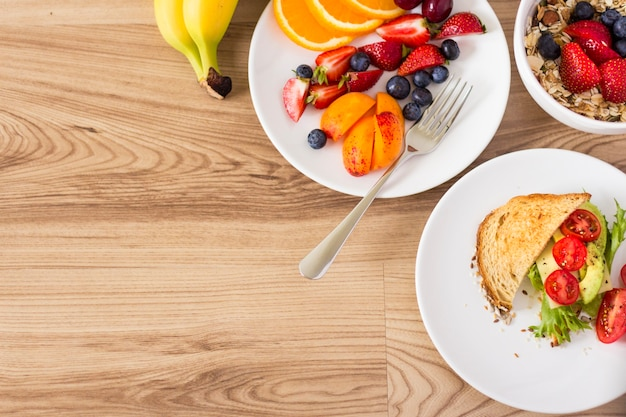 Draufsicht auf gesunde frühstückszutaten
