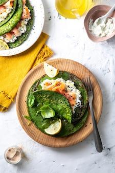 Draufsicht auf gesundes frühstück mit avocado, ei, limette und minzblatt
