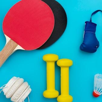 Draufsicht auf gewichte mit tischtennispaddeln und kopfhörern