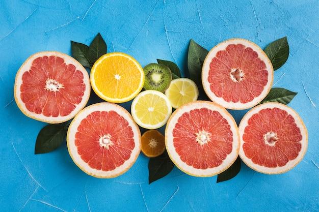 Draufsicht auf grapefruis und limette mit blättern