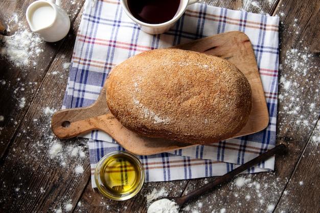 Draufsicht auf graues brot mit olivenöl